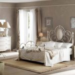светлая спальня в доме дизайн