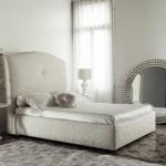 светлая спальня с зеркалом
