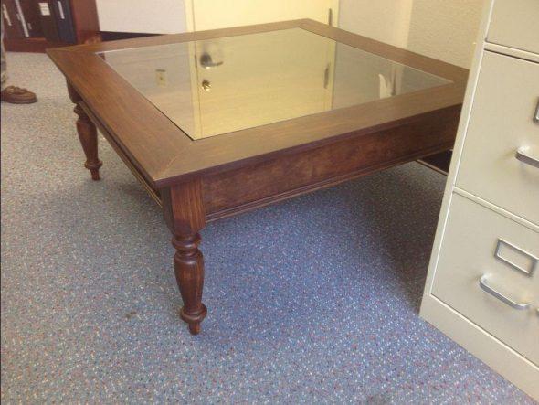 Элегантный журнальный столик со стеклянной поверхностью