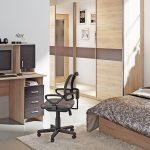 компьютерное кресло в спальне