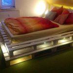 кровать из паллетов с подсветкой