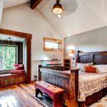 кровать деревянная двуспальная в интерьере
