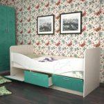 кровать в детской комнате с бортиками