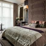 Спальня с мягким изголовьем кровати