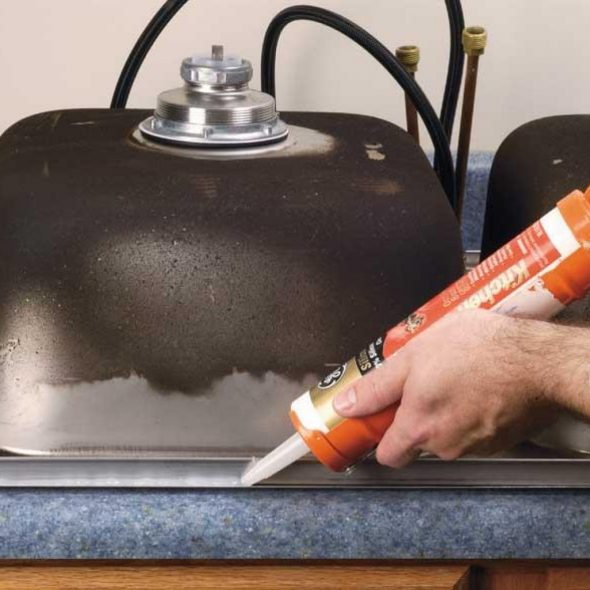 Старайтесь промазать герметиков всю линию разреза