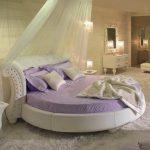 Стоящая под стенкой круглая кровать