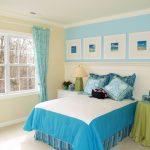 Тканевая драпировка на стене за изголовьем кровати