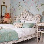 кровать в спальне шебби шик