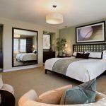 Зеркало в спальне в области прикроватных тумбочек