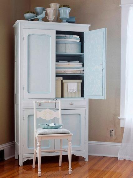 белый старой шкаф