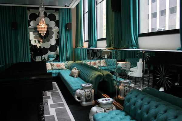 бирюзовый диван темный интерьер