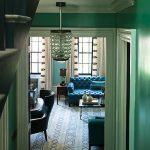бирюзовый диван в комнате