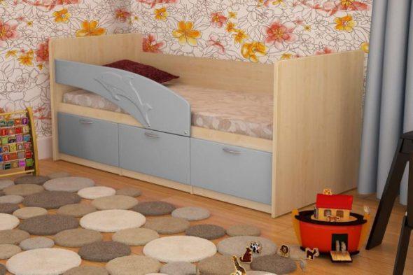 кровать с изображением дельфина
