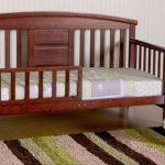 кровать с бортами из дерева