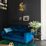 диван бирюзовый в маленькой гостиной