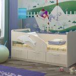 кровать светлая с бортиком