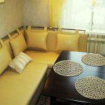 диван на кухне желтый