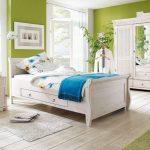 светлая спальня в салатовом интерьере