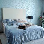 двуспальная кровать в голубом интерьере