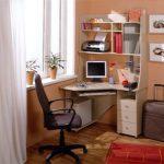 компьютерное кресло и стол
