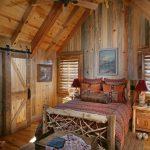 кровать из дерева в загородном доме