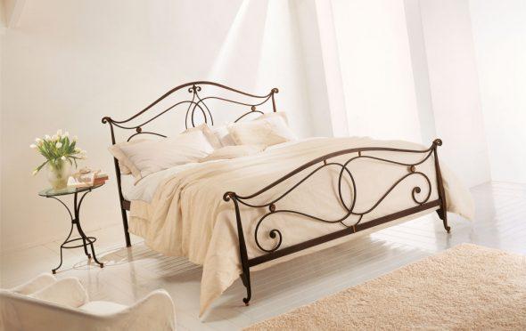 кровать кованая в спальню