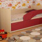 кровать красная с бортиком
