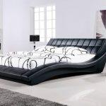 двуспальная кровать с водяным матрасом