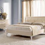 светлая мебель уютная спальня