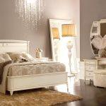 светлая мебель в комфортной спальне
