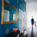 зеркало в синей прихожей