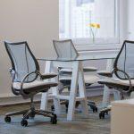 офисное кресло серо белое