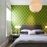 оформление стены у изголовья кровати добавит выразительности интерьеру спальни