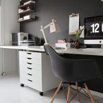 письменный стол для школьника в комнате