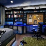 письменный стол в спальне подростка