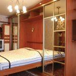 откидная кровать в комнате