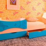 кровать с ярким бортиком