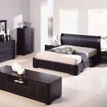 двуспальная кровать темная мебель