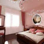 двуспальная кровать в розовой спальне