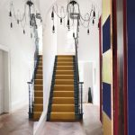 зеркало вдоль лестницы