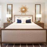 зеркало солнце в интерьере большой спальни