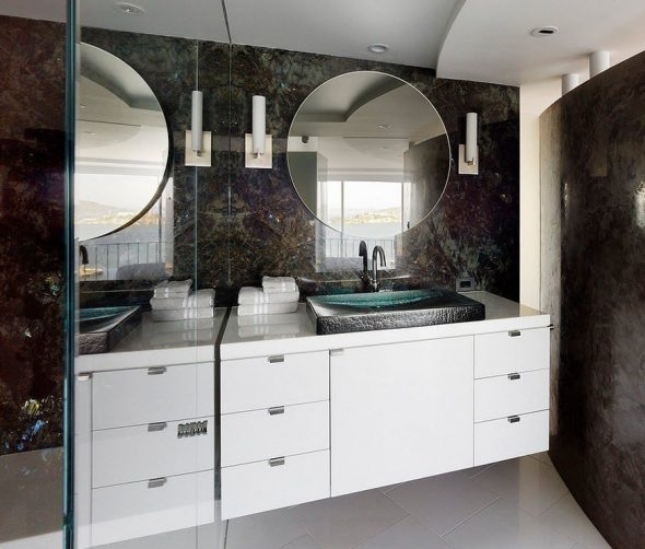 круглое зеркало в ванной