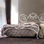 Белые кованые кровати внешне выглядят не просто воздушно