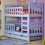 Двухъярусная кровать и малыш