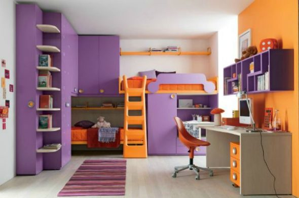 Двухъярусные кровати в яркой комнаты