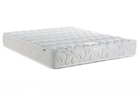 Двуспальная кровать с белым матрасом