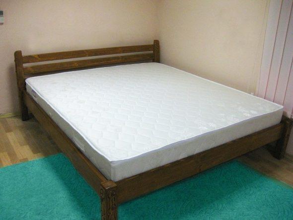 Двуспальный матрас на широкой кровати