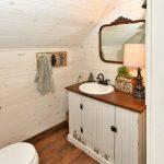 Характерная искусственно состаренная мебель в туалете в стиле прованс