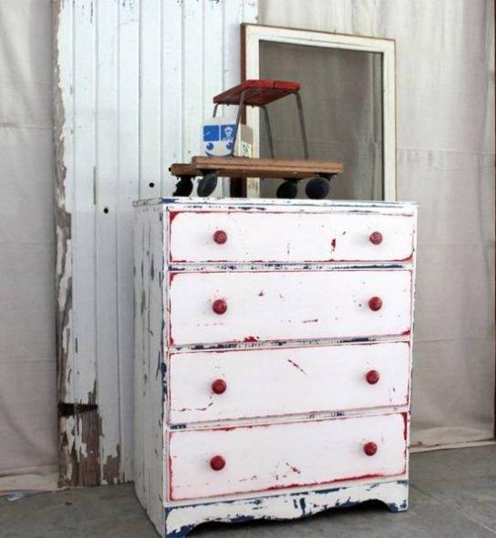 Искусственно состаренная мебель в доме