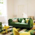 зеленый диван комфортный
